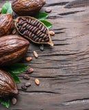 Kakaowy strąk i kakaowe fasole na drewnianym stole Odgórny widok fotografia royalty free
