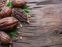Kakaowy strąk i kakaowe fasole na drewnianym stole Odgórny widok zdjęcia royalty free