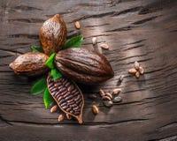 Kakaowy strąk i kakaowe fasole na drewnianym stole Odgórny widok fotografia stock