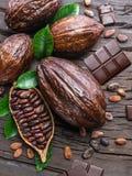 Kakaowy strąk, kakaowe fasole i czekolada na drewnianym stole, Odgórny widok obrazy stock