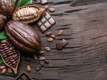 Kakaowy strąk, kakaowe fasole i czekolada na drewnianym stole, Odgórny widok fotografia royalty free
