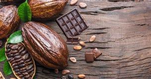 Kakaowy strąk, kakaowe fasole i czekolada na drewnianym stole, Odgórny widok obraz royalty free