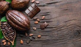 Kakaowy strąk, kakaowe fasole i czekolada na drewnianym stole, Odgórny widok zdjęcia royalty free