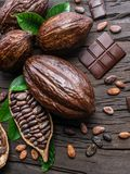 Kakaowy strąk, kakaowe fasole i czekolada na drewnianym stole, Odgórny widok fotografia stock