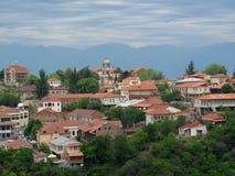 Kakheti, Georgië: Sighnaghi schilderachtige stad op een heuvel, met meningen van de Alazani-Vallei en de Georgische Kaukasus, Geo royalty-vrije stock fotografie