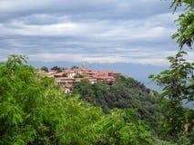 Kakheti, la Géorgie : Ville pittoresque de Sighnaghi sur une colline, avec des vues de la vallée d'Alazani et du Caucase géorgien images stock