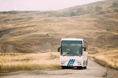 Kakheti-Region, Georgia - Bus mit Touristen-Fahrten auf die Gareji-Wüste auf Autumn Landscape Background In Sagarejo lizenzfreies stockbild