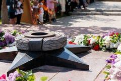 Kakhovka, Ucrania - 9 de mayo de 2017: Llama eterna - símbolo del victo Imagen de archivo