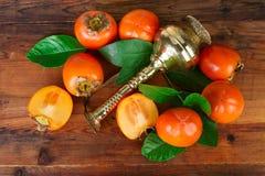 Kaki σύνθεση φρούτων στο παλαιό ξύλο Ασιατική ανατολική ακόμα ζωή Στοκ Εικόνες
