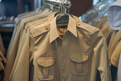 Kaki overhemd op een klerenrek royalty-vrije stock afbeelding