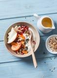 Kaki, pomme, noix, grenades, graines et yaourt naturel Concept sain de nourriture sur le fond bleu, vue supérieure Fruit et le GR Photos stock