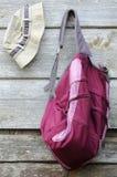 Kakifarbiger Hut und purpurroter Rucksack Stockfotos