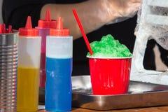 Kakigori -普遍的夏天和街道食物在日本由被刮的冰和水果的风味糖浆做了 库存图片