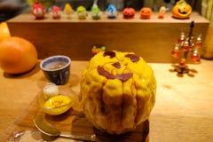 Kakigori com cobertura do sabor da abóbora e decorado como a abóbora de Dia das Bruxas durante o festival de Dia das Bruxas Fotos de Stock Royalty Free