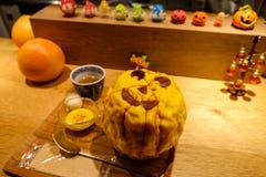 Kakigori com cobertura do sabor da abóbora e decorado como a abóbora de Dia das Bruxas durante o festival de Dia das Bruxas fotografia de stock royalty free