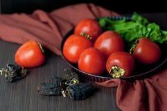 Kakis frais et secs sur la table Photo stock