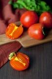 Kakis frais et secs sur la table Photos stock