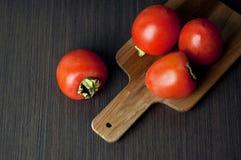 Kakis frais et secs sur la table Images stock