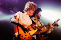 Kakkmaddafakka (挪威制片者摇滚乐队)的吉他弹奏者执行在音乐香港大会堂 免版税库存图片