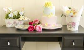 Kakor, bröllopstårta och marängar Arkivfoto