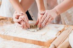Kakor för bakning för grupp för familjfritid kulinariska royaltyfri bild