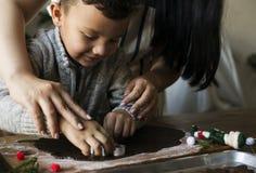 Kakor för choklad för pojkedanandejul royaltyfri foto