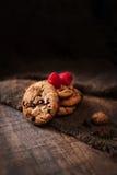Kakor för chokladchiper med hallonmakro på en brun backgr Royaltyfri Foto