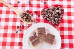 Kakor för chokladkaramellgodis med Chips In Heart Bowl Arkivbilder