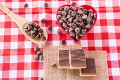 Kakor för chokladkaramellgodis med choklad Chips In Heart Bo Arkivbilder
