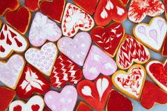 Kakor för dag för valentin` s Hjärta formade kakor för dag för valentin` s Röd och rosa hjärta formade kakor Bakgrund för dag för Royaltyfri Bild