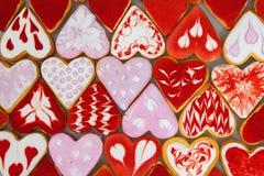 Kakor för dag för valentin` s Hjärta formade kakor för dag för valentin` s Röd och rosa hjärta formade kakor Bakgrund för dag för Royaltyfria Bilder