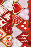 Kakor för dag för valentin` s Hjärta formade kakor för dag för valentin` s Röd och rosa hjärta formade kakor Bakgrund för dag för Arkivfoto