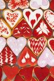 Kakor för dag för valentin` s Hjärta formade kakor för dag för valentin` s Röd och rosa hjärta formade kakor Bakgrund för dag för Royaltyfri Foto