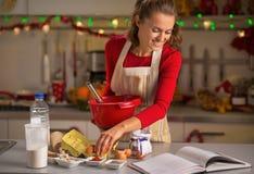 Kakor för hemmafrudanandejul i kök fotografering för bildbyråer