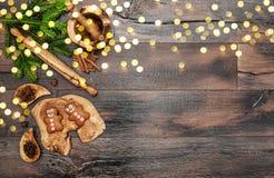Kakor för julpepparkakaman kryddar stekheta guld- ljus arkivfoto
