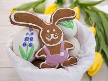 Kakor för påskkanin och målade ägg Arkivbilder