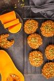 Kakor för strikt vegetarianhavremjölpumpa på mörk bakgrund, halloween mat Arkivbilder