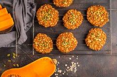 Kakor för strikt vegetarianhavremjölpumpa på mörk bakgrund, halloween mat Royaltyfria Bilder