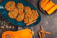 Kakor för strikt vegetarianhavremjölpumpa på mörk bakgrund, halloween mat Fotografering för Bildbyråer