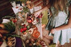 Kakor för tabell för flickatagandeskiva ost dekorerade royaltyfria foton