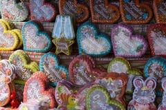 Kakor f?r p?skkanin, hemlagade m?lade pepparkakor i glasyr formade roliga kaniner f?r p?skfester Ryssland Berezniki 26 royaltyfri fotografi