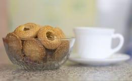 Kakor i en vas för frukost med te i köket i huset royaltyfria bilder
