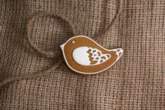 Kakor i formen av en fågel på a på en textilbakgrund Royaltyfri Foto