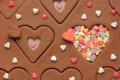 Kakor i formen av hjärtor och sockerbestänkande på valentin dag Arkivbild