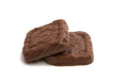 Kakor i isolerad choklad Royaltyfri Bild