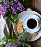 Kakor, kaffe och lila på tabellen royaltyfri foto