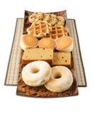 Kakor, kakor, donuts och waffels på plattan Arkivbild