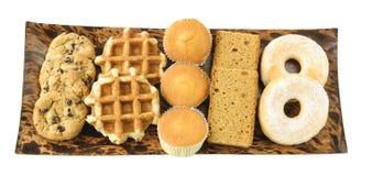 Kakor, kakor, donuts och waffels på plattan Arkivfoton