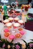 Kakor, kakor och andra sötsaker på ett parti Arkivbild