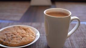 Kakor, koppen av kakao och en smartphone är på tabellen Royaltyfri Fotografi